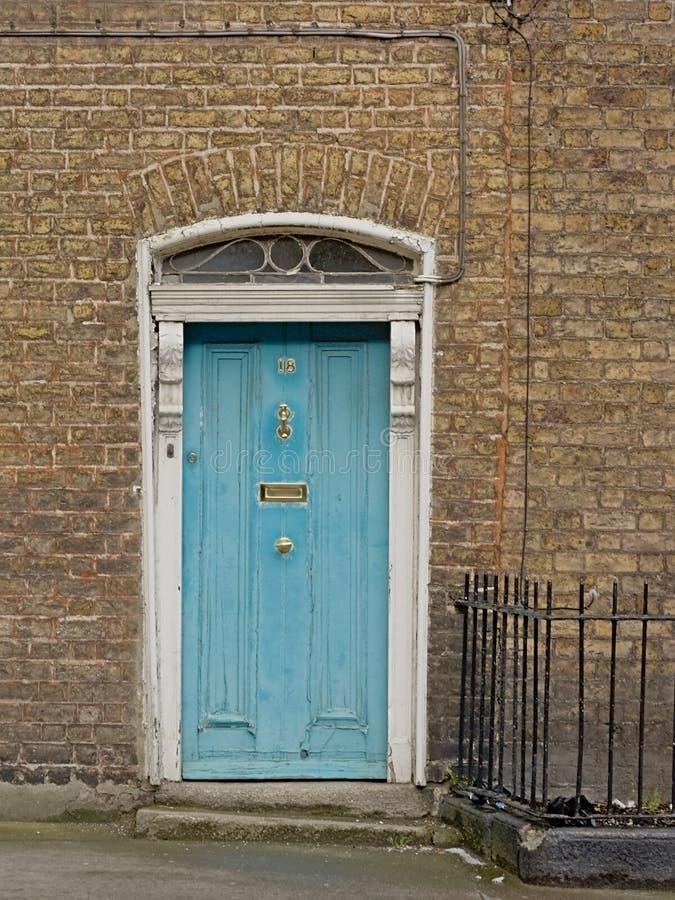 在浅兰的典型的都伯林房子门 免版税库存照片