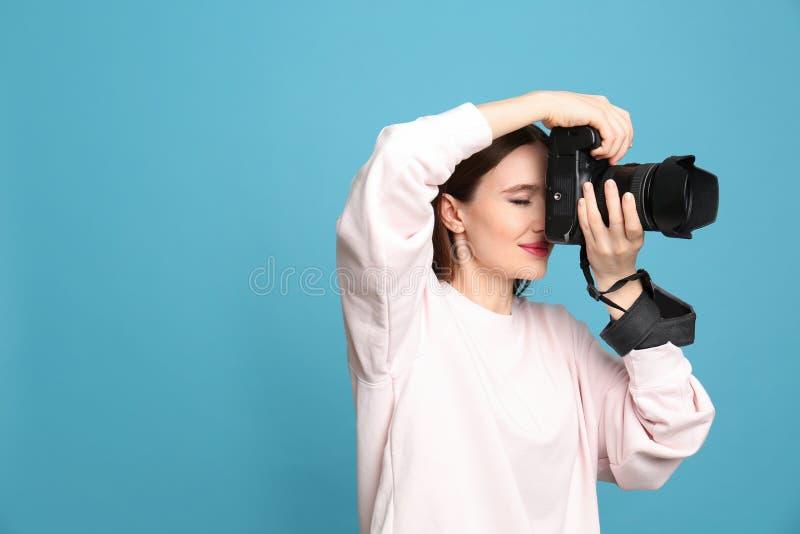 在浅兰的背景的专业摄影师图片 r 图库摄影