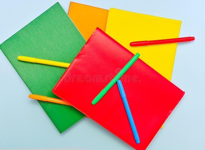 在浅兰的背景的五颜六色的学校用品,回到学校概念 免版税图库摄影