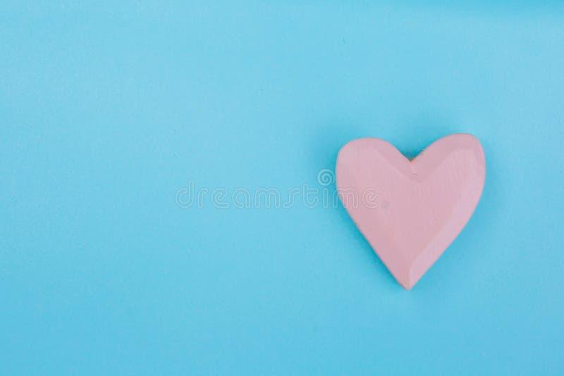 在浅兰的背景的桃红色心脏 免版税库存照片
