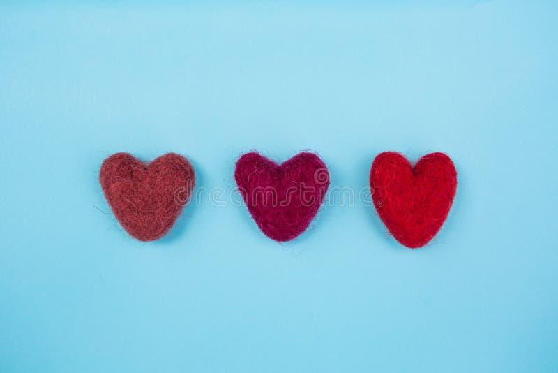 在浅兰的背景的红色心脏 免版税库存图片