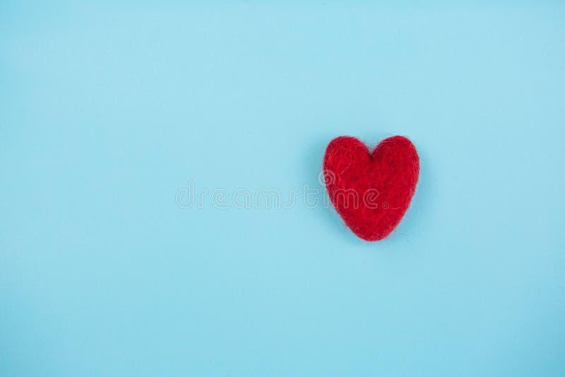 在浅兰的背景的红色心脏 免版税图库摄影