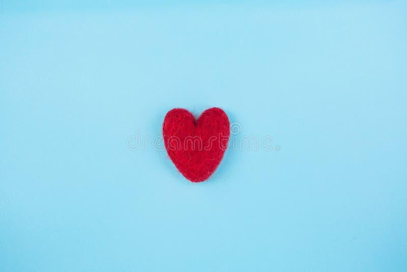 在浅兰的背景的红色心脏 库存图片