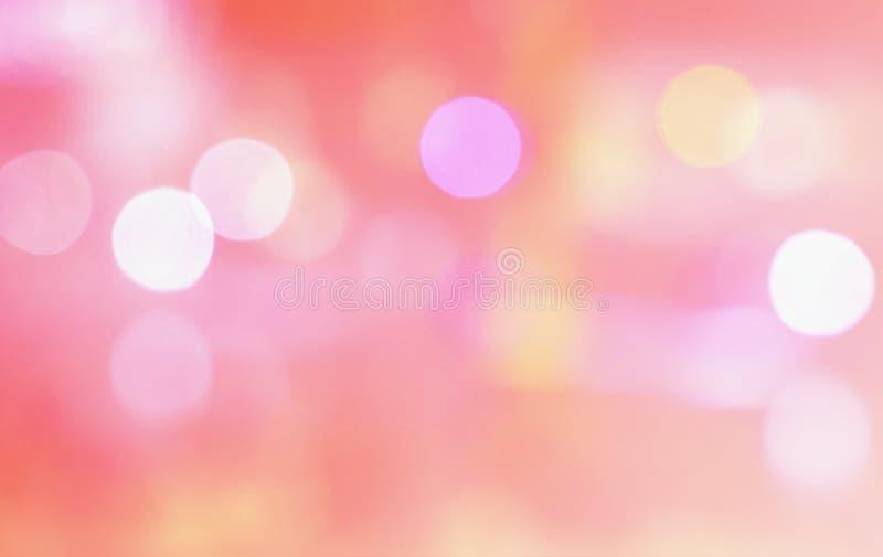 在浅粉红色的抽象多色被弄脏的bokeh光 图库摄影