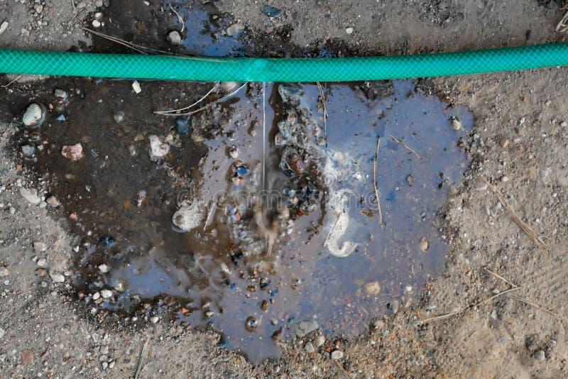 在浇灌的水管的裂缝 损坏的水管 免版税图库摄影
