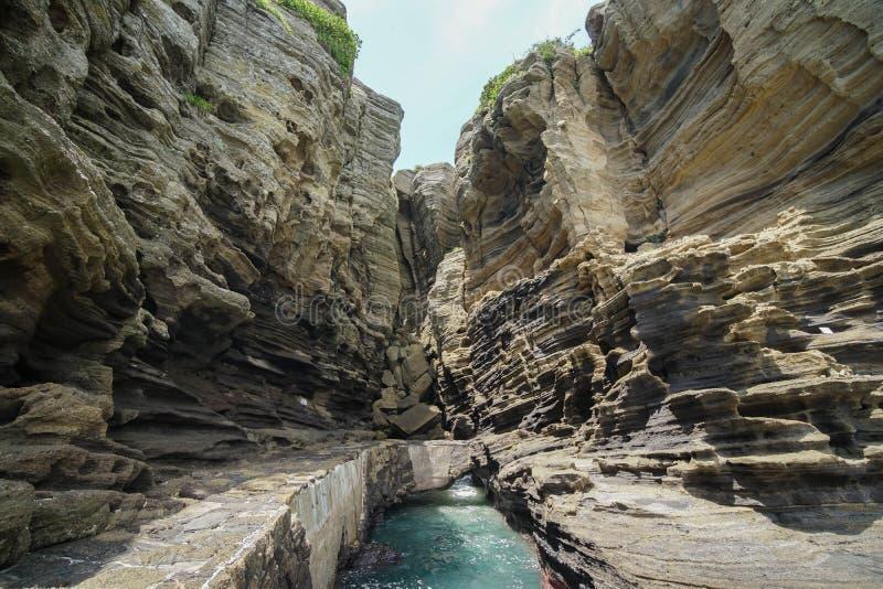 在济州海岛,韩国上的Yongmeori沿海步行 用侵蚀做的概略的地质结构 库存照片