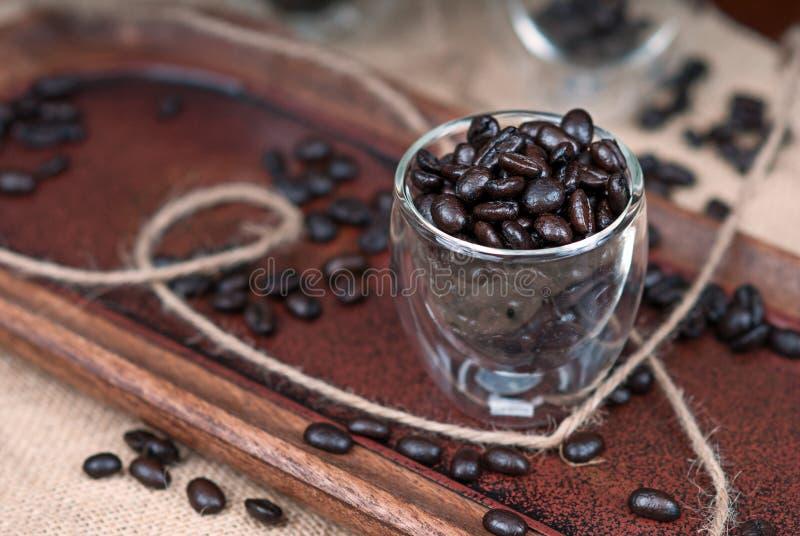 在浓咖啡杯的咖啡豆 库存照片