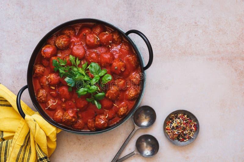 在浓西红柿酱的丸子在生铁罐 库存照片
