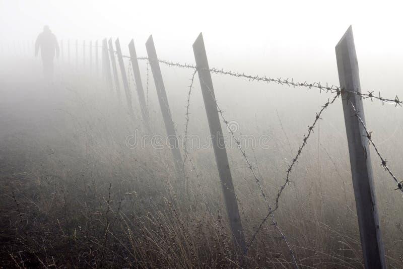 在浓雾的铁丝网范围 库存图片