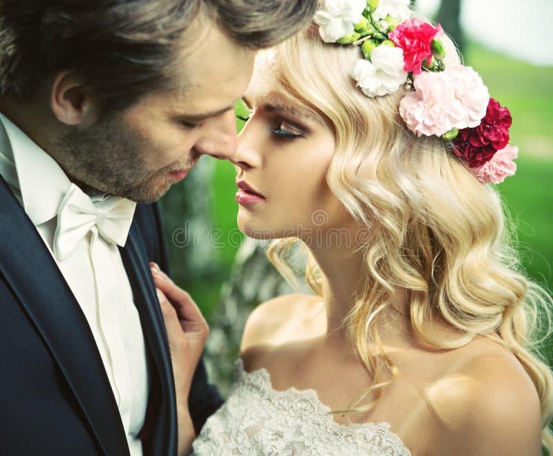 在浪漫亲吻以后的片刻 免版税库存图片