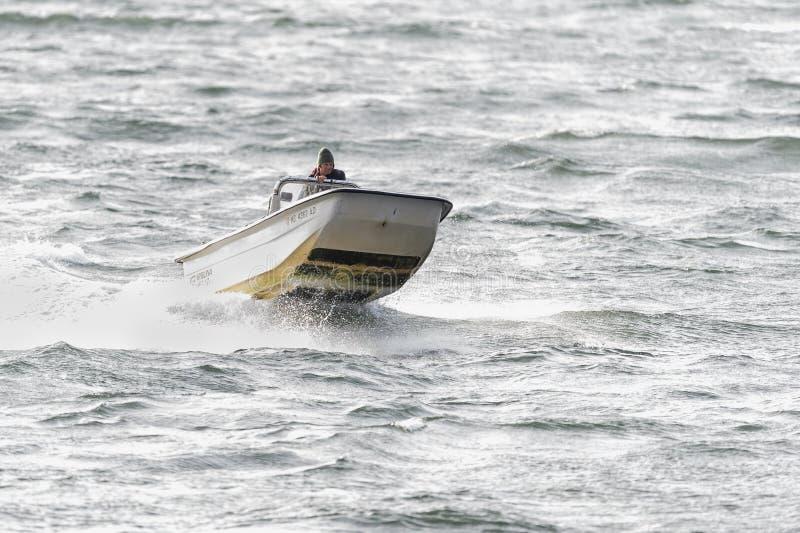 在浪潮起伏的水的行驶颠簸 免版税库存照片