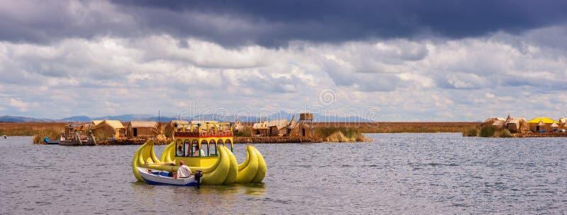在浮动海岛上的传统村庄的喀喀湖的在秘鲁 库存照片