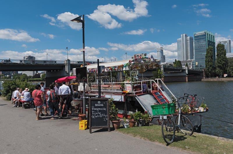 在浮动食物前面的饥饿的顾客在主要河,法兰克福,德国失去作用 免版税图库摄影