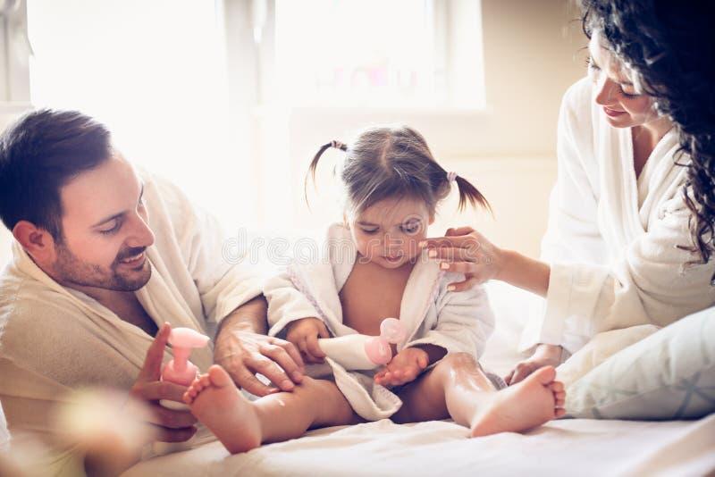 在浴以后的愉快的年轻家庭 库存照片