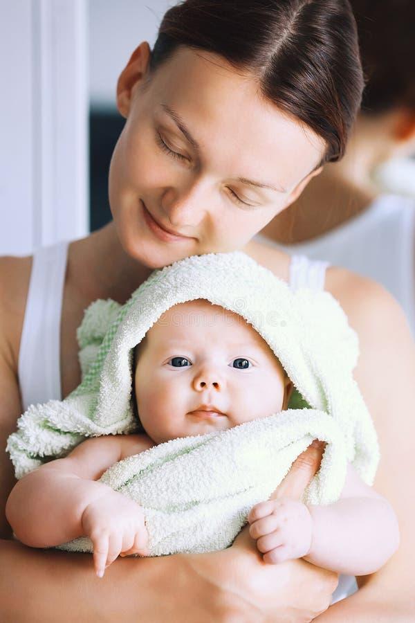 在浴以后的最逗人喜爱的婴孩与在头的毛巾 库存照片