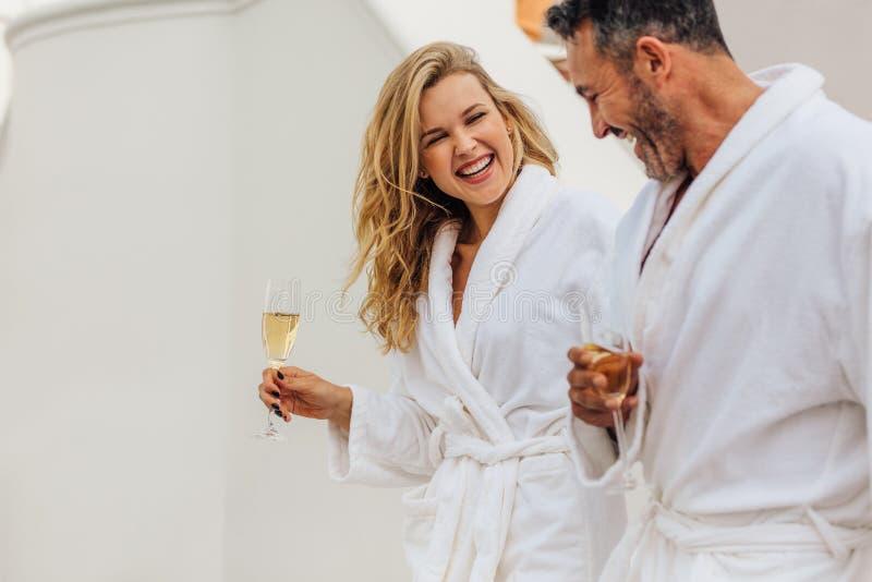 在浴巾的快乐的夫妇 库存图片