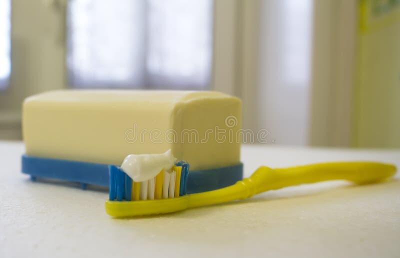 在浴皂盒和牙刷的肥皂 库存照片