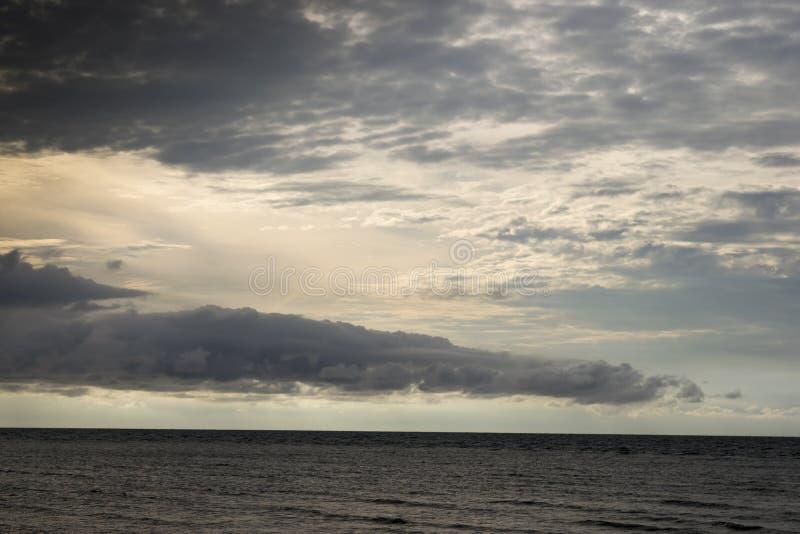在海上的接踵而来的风暴 免版税库存图片