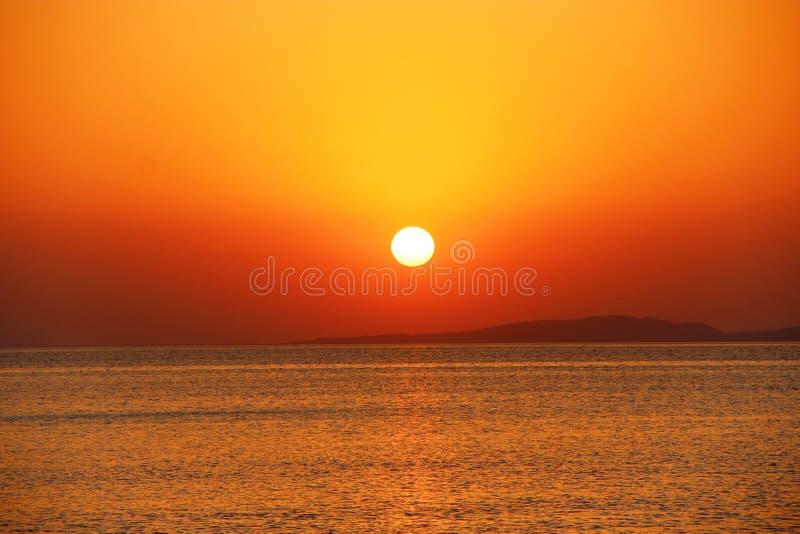 在海上的明亮的日落 在海洋上的美好的红色夏天衰落 库存照片