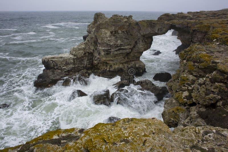 在海上的石弧 库存照片