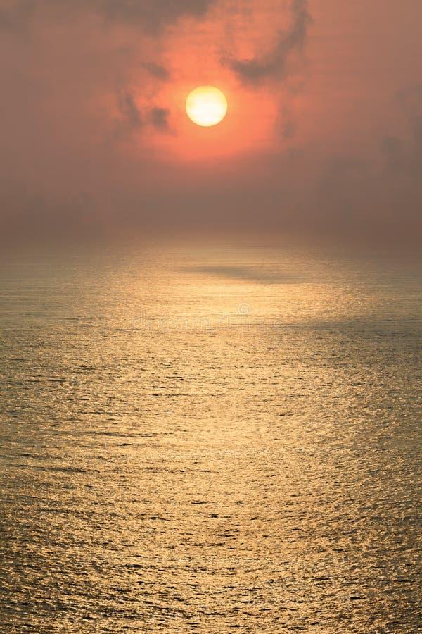 在海上的美好的日落在大气污染天 库存图片