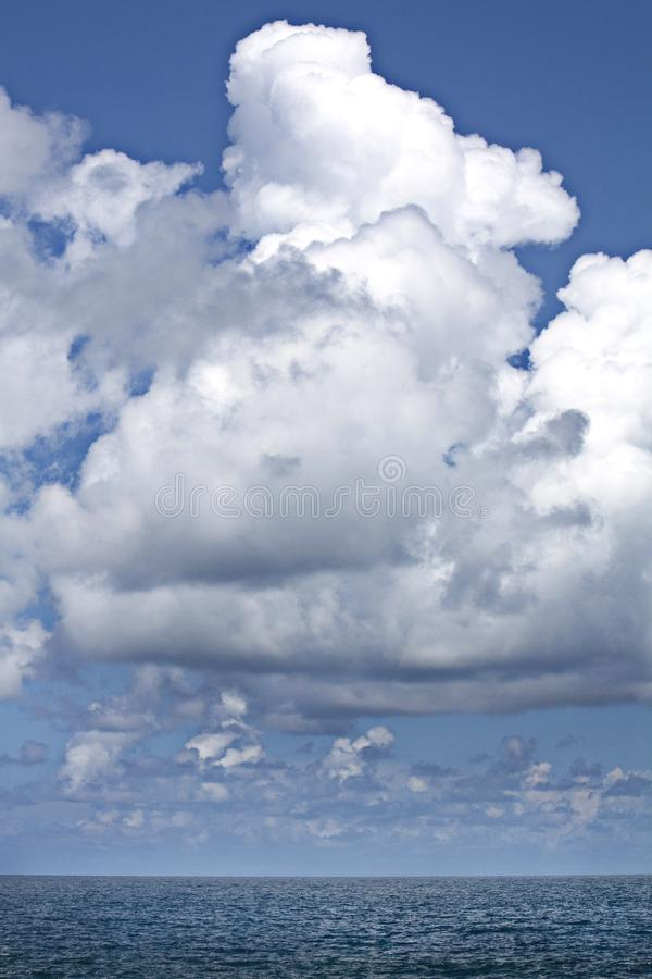 在海上的蓬松白色云彩 库存图片