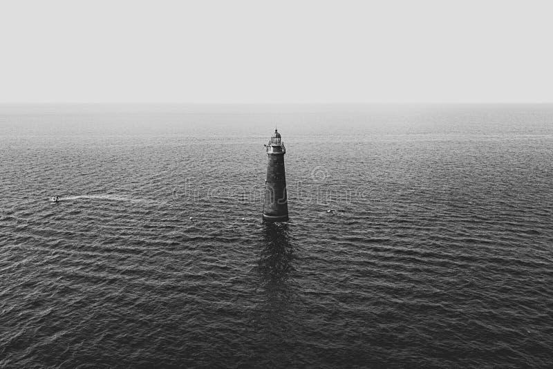 在海中间的一个灯塔 免版税库存图片