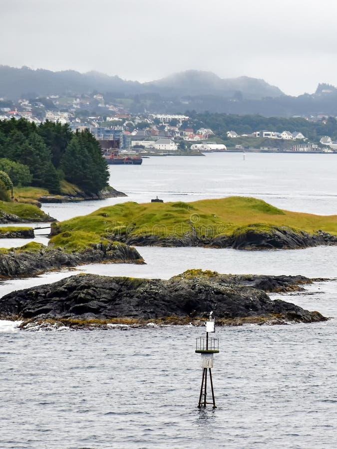 在海于格松前面的礁海岛在挪威,在雾的风景 免版税图库摄影