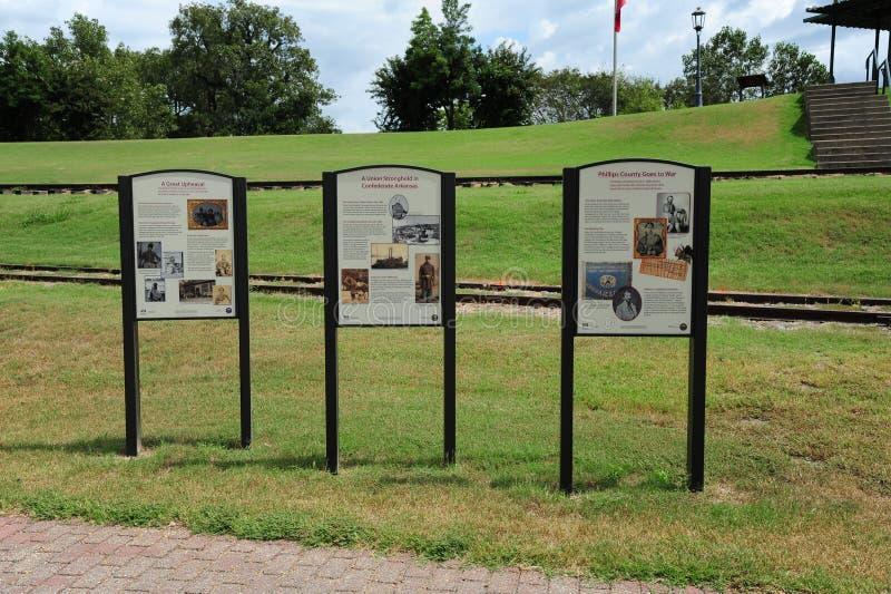 在海伦娜堤坝步行,海伦娜阿肯色的历史匾 库存照片