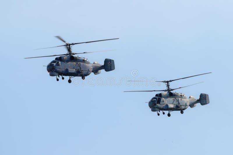 在海军天游行排练期间的船载的反潜艇直升机钾27PL在圣彼德堡,俄罗斯 库存照片