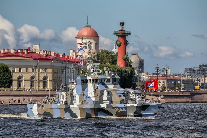 在海军游行的排练的反暴行小船Grachonok在俄国舰队的那天在圣彼德堡 免版税图库摄影