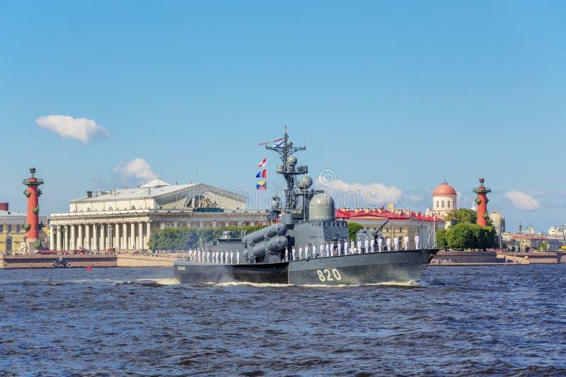 在海军游行的排练的导弹小船楚瓦什共和国在俄国舰队的那天在圣彼德堡 库存照片