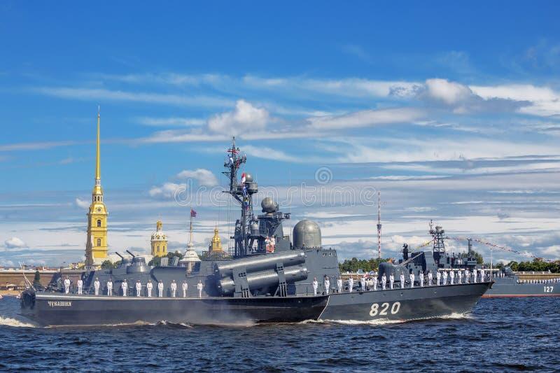 在海军游行的排练的导弹小船楚瓦什共和国在俄国舰队的那天在圣彼德堡 免版税库存图片