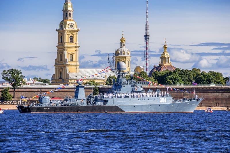 在海军游行的排练的小反潜艇船Urengoy在俄国舰队的那天在圣彼德堡 免版税库存图片