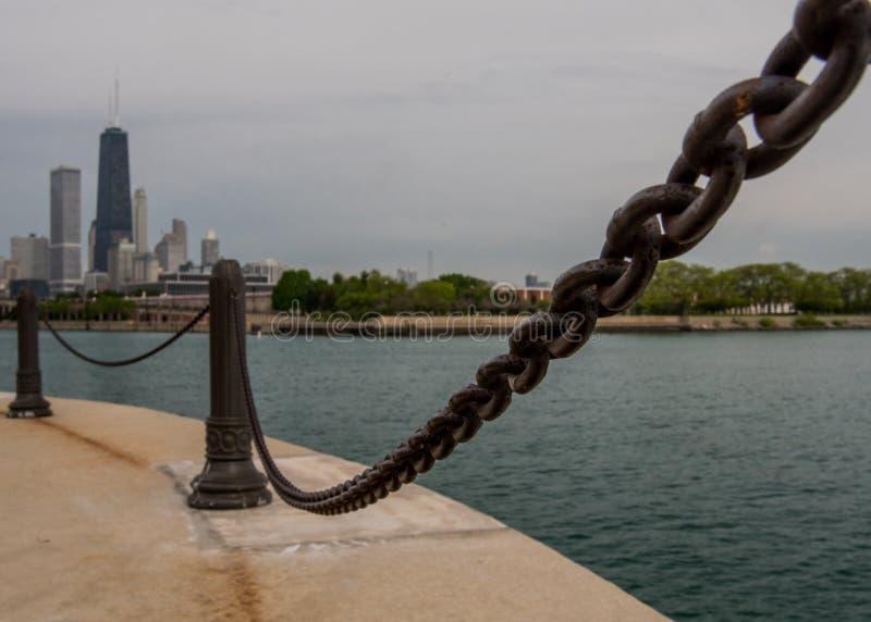 在海军码头的链栏杆 免版税库存照片