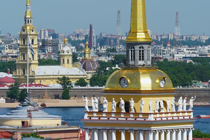 在海军部屋顶的寓言的雕象在圣彼德堡 免版税库存图片