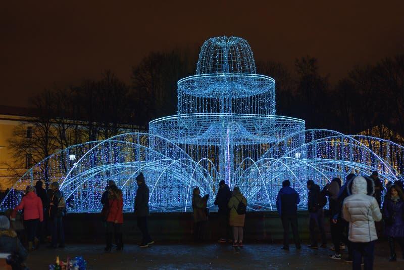在海军部附近的被点燃的喷泉在夜 彼得斯堡圣徒 俄国 免版税库存图片