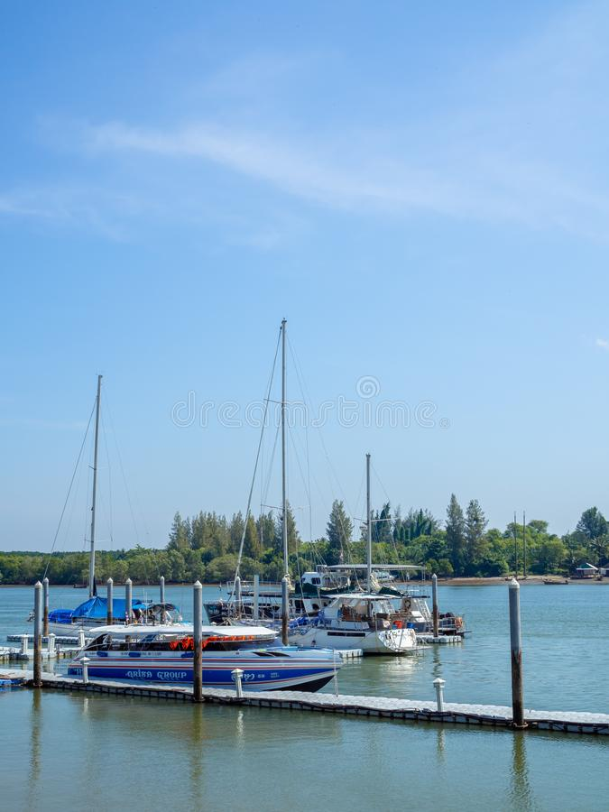 在海口和豪华游艇靠码头的速度小船 库存照片