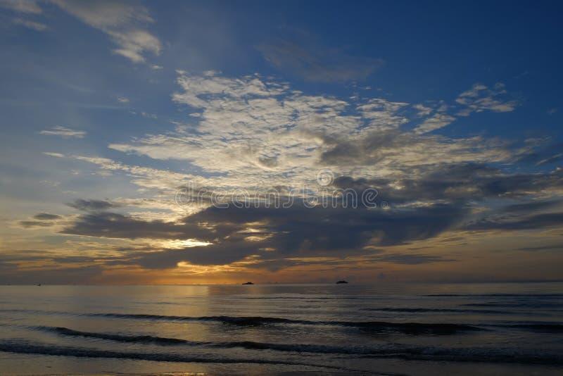 在海后的黎明,云彩,自然秀丽翼  免版税库存图片