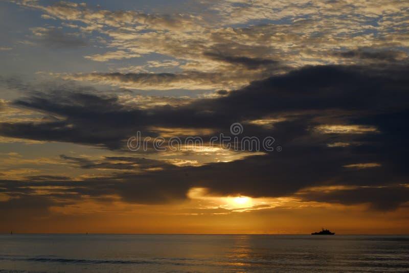 在海后的黎明,虽则航行天空 库存照片