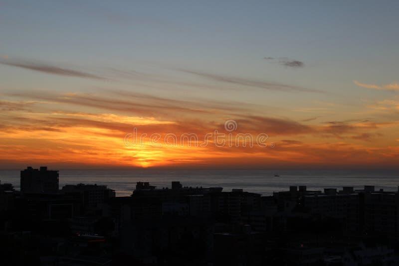 在海和大厦的日落 库存照片