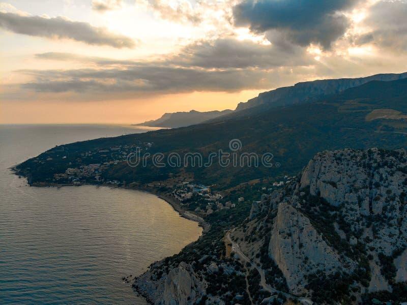 在海和山的日落 r 图库摄影