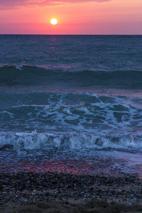 在海和波浪的日出 免版税库存照片