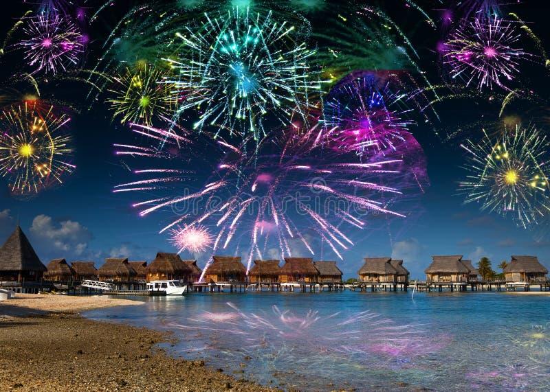在海和海滩的明亮的欢乐烟花 图库摄影