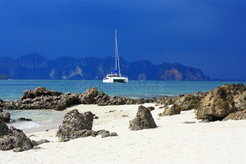 在海和游艇的看法 免版税图库摄影