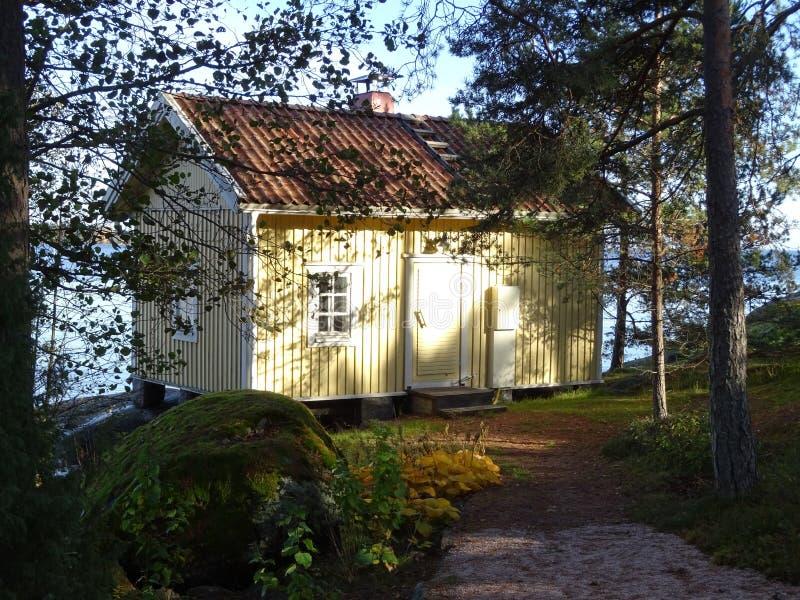 在海和芬兰的一条小老路的旁边老蒸汽浴 免版税库存照片