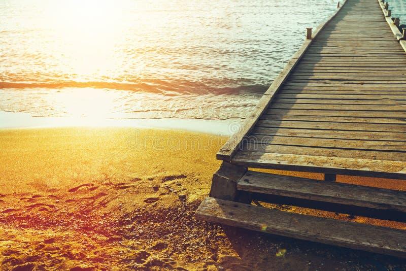 在海和阳光的背景的木码头 旅行广告 免版税库存照片