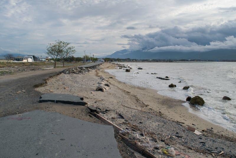 在海啸以后的公路损伤和地震在2018年9月28日的帕卢 免版税库存照片
