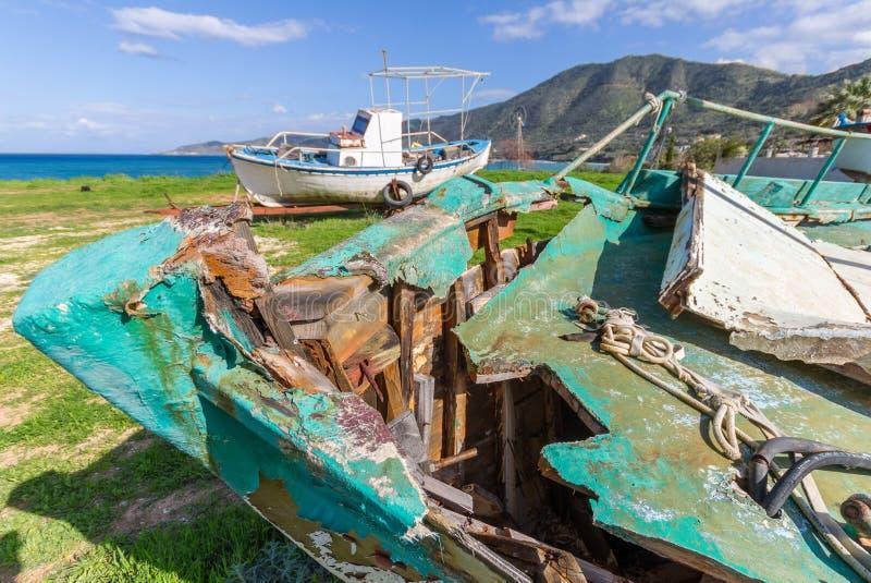 在海外面的遗弃渔船下午的在Pomos h点燃 免版税库存照片