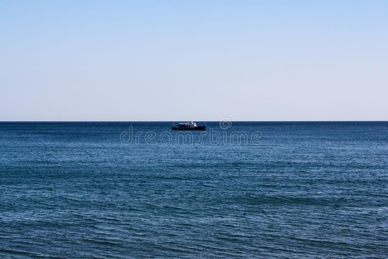 在海天线的一艘孤立船 免版税库存图片